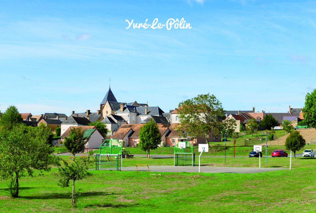 Vue du village d'yvré-le-polin depuis la plaine de jeu